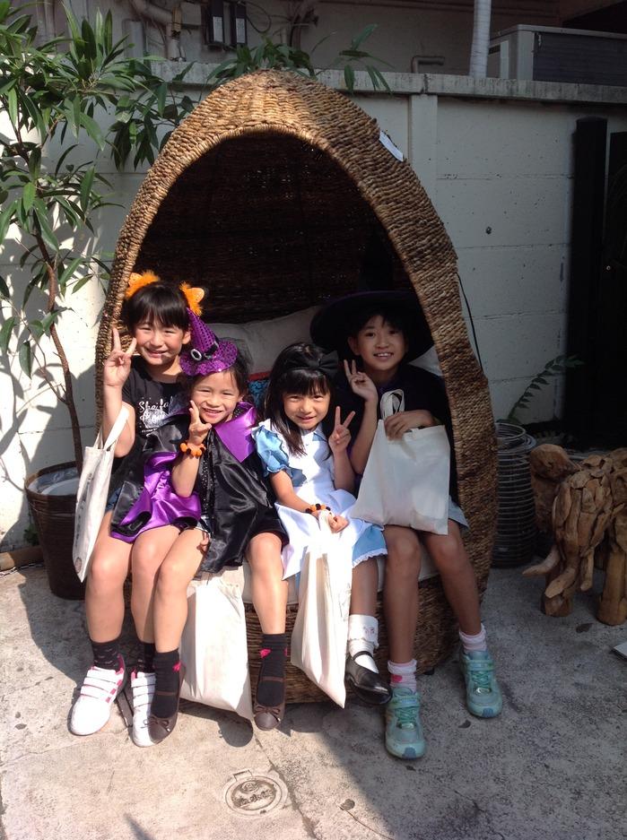 アジアン家具KAJAエッグソファと子供たち