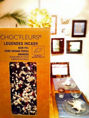 スパイスと食用花のチョコレート