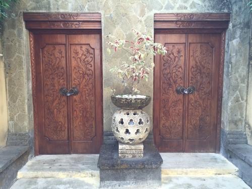 バリの手彫りレリーフの入った建具