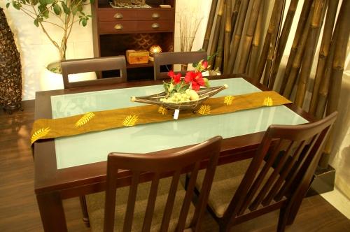 スモークガラスのダイニングテーブル