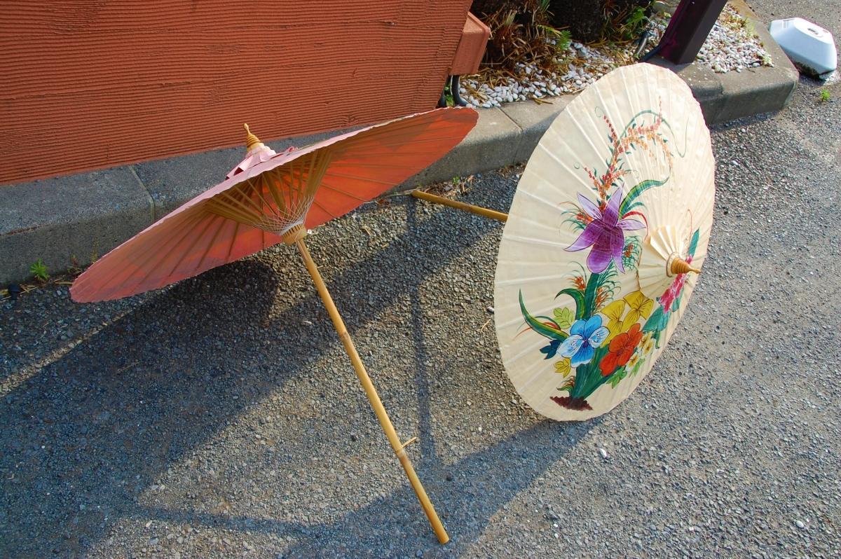 ポップな色味のタイ傘