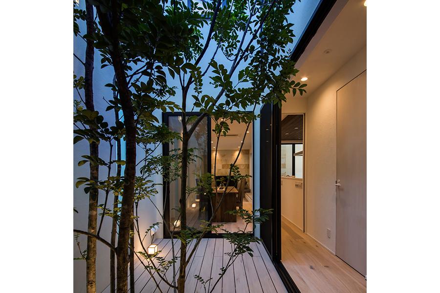 中庭のある住まいに映えるラグジュアリーなリゾートインテリア3