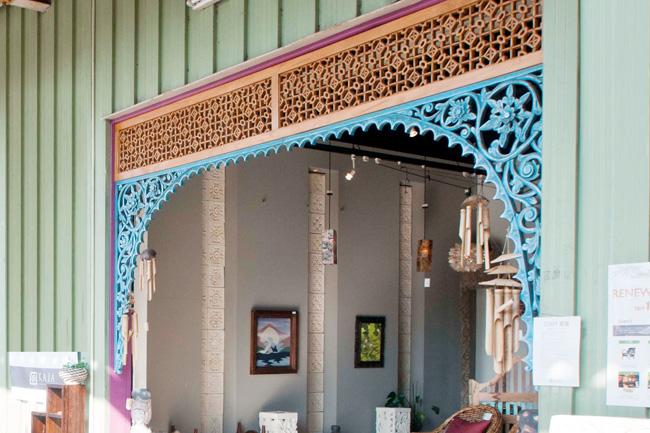 アジアン家具KAJA調布店のレリーフの門