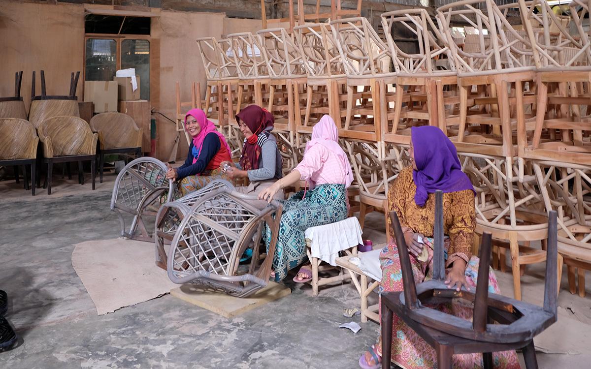 インドネシア 家具制作風景