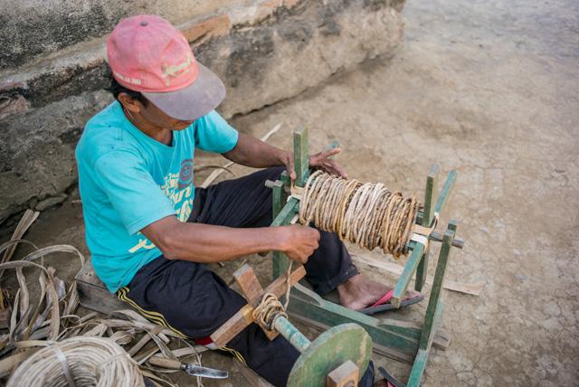 アジアン家具KAJAソファの製作過程バナナを編む職人