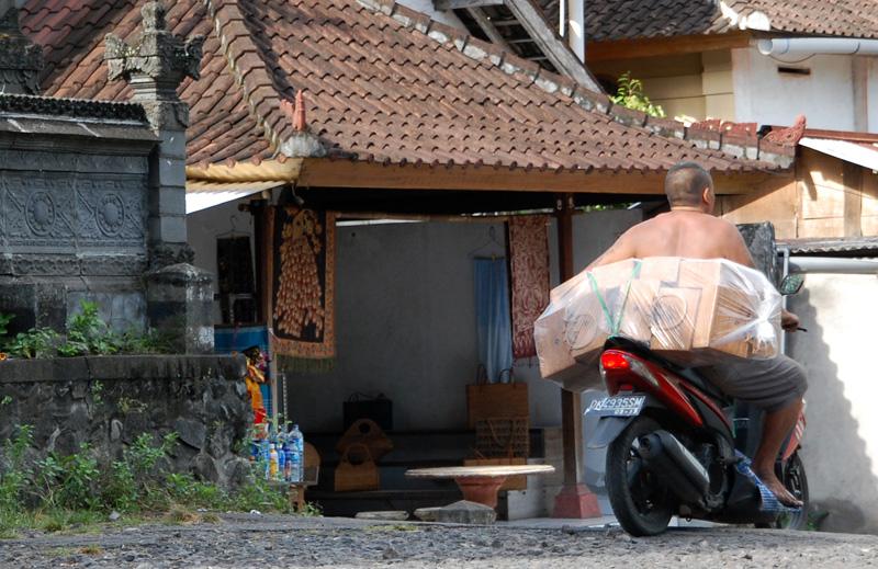 アジアン家具・雑貨KAJAバリ島のアタを運ぶひと