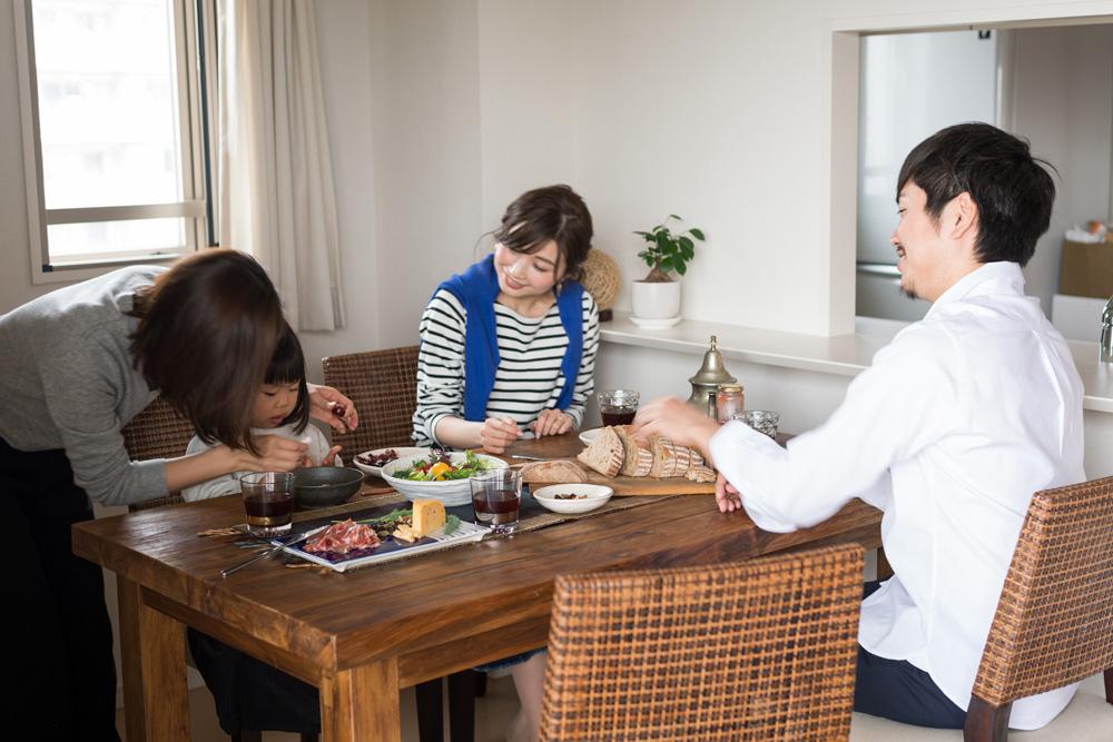 アジアン家具KAJAオールドチークのダイニングテーブルで食事