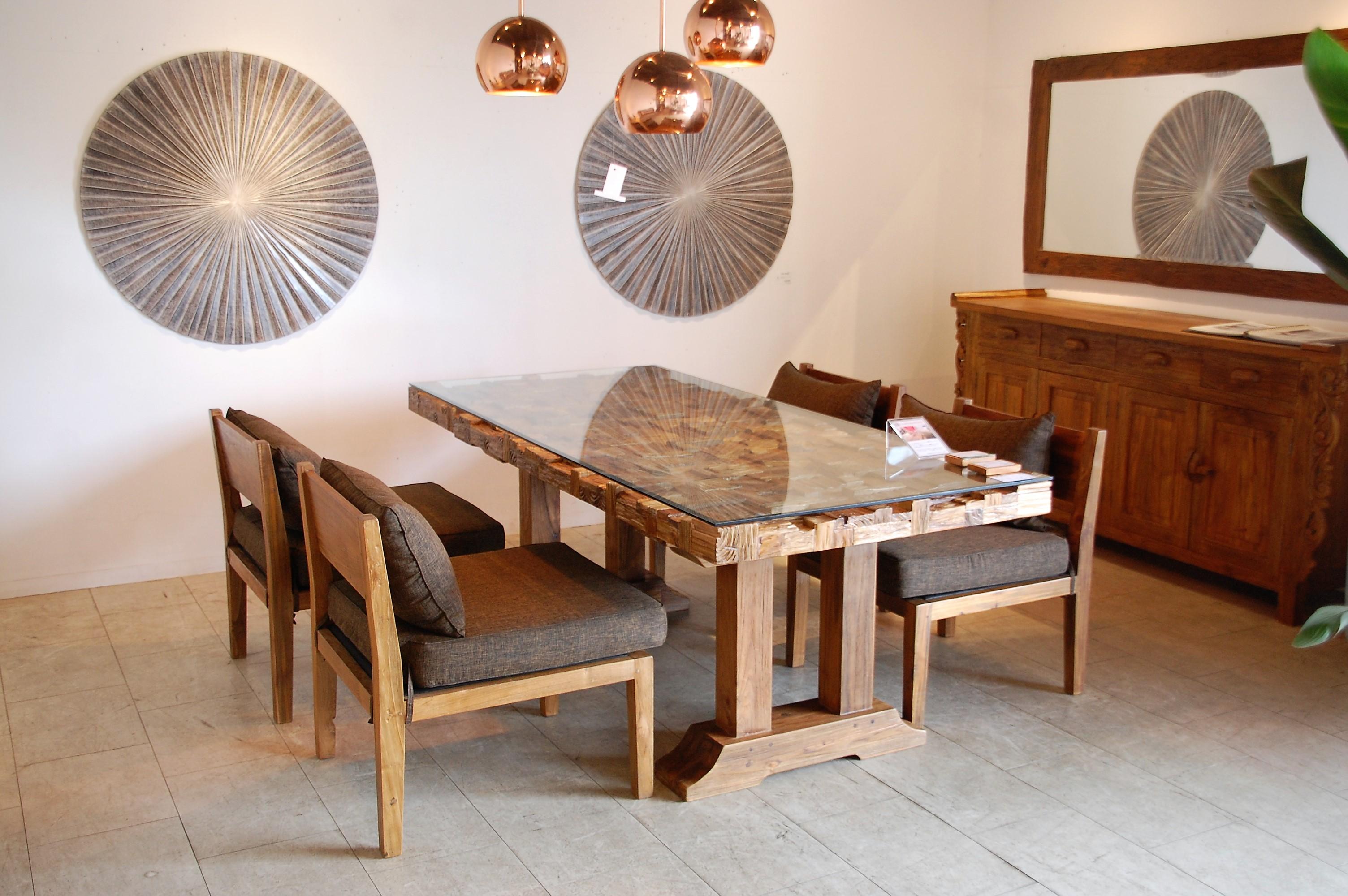 KAJA調布店のガラス天板テーブル