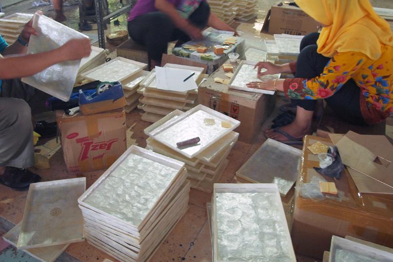 アジアン家具KAJAカピス貝を使った雑貨の製作風景