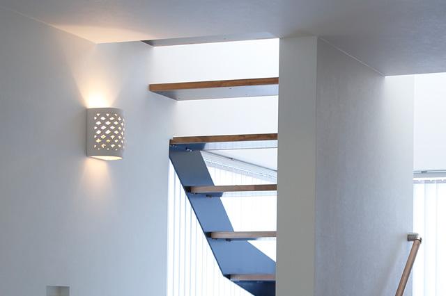 アジアン家具KAJAウォールランプ実例階段まわりに