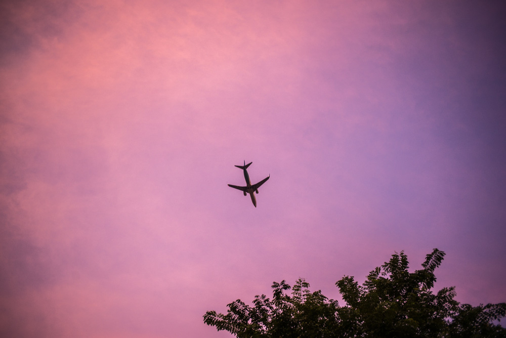 空駆ける飛行機、インドネシアの風景