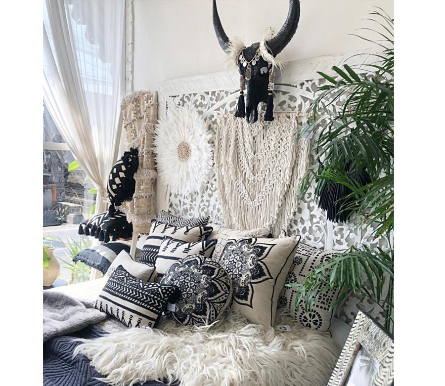 アジアン家具KAJAバイヤーの買い付けたバッファローヘッドのディスプレイ風景