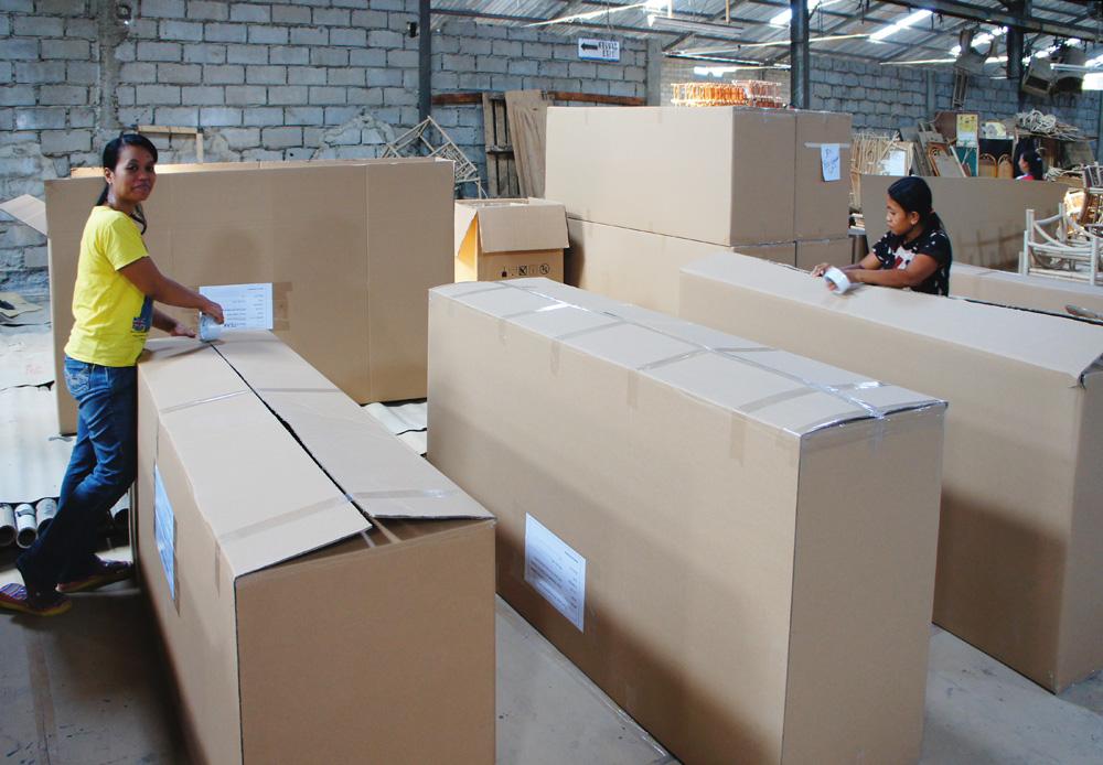 アジアン家具インドネシア工場の作業風景
