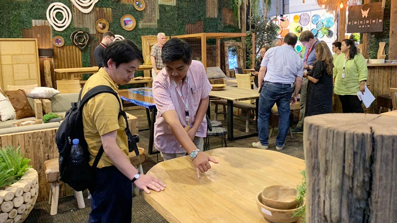 ジャカルタの家具の展示会商談風景