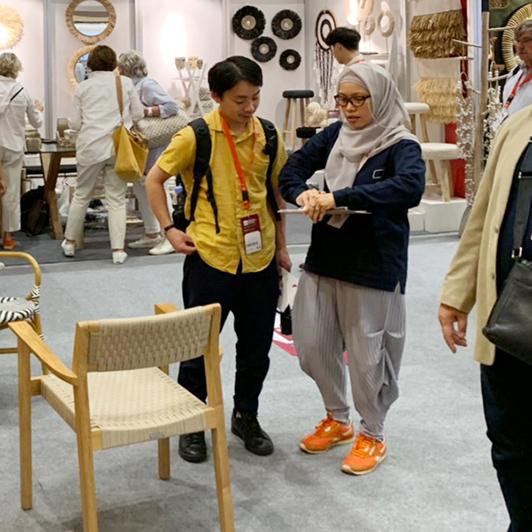 ジャカルタの家具の展示会でのバイヤー仕事