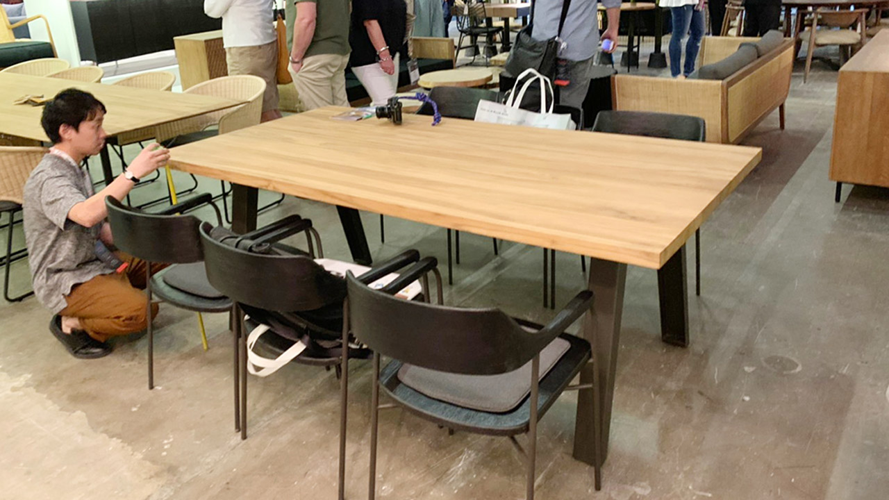 ジャカルタの家具の展示会テーブルチェック