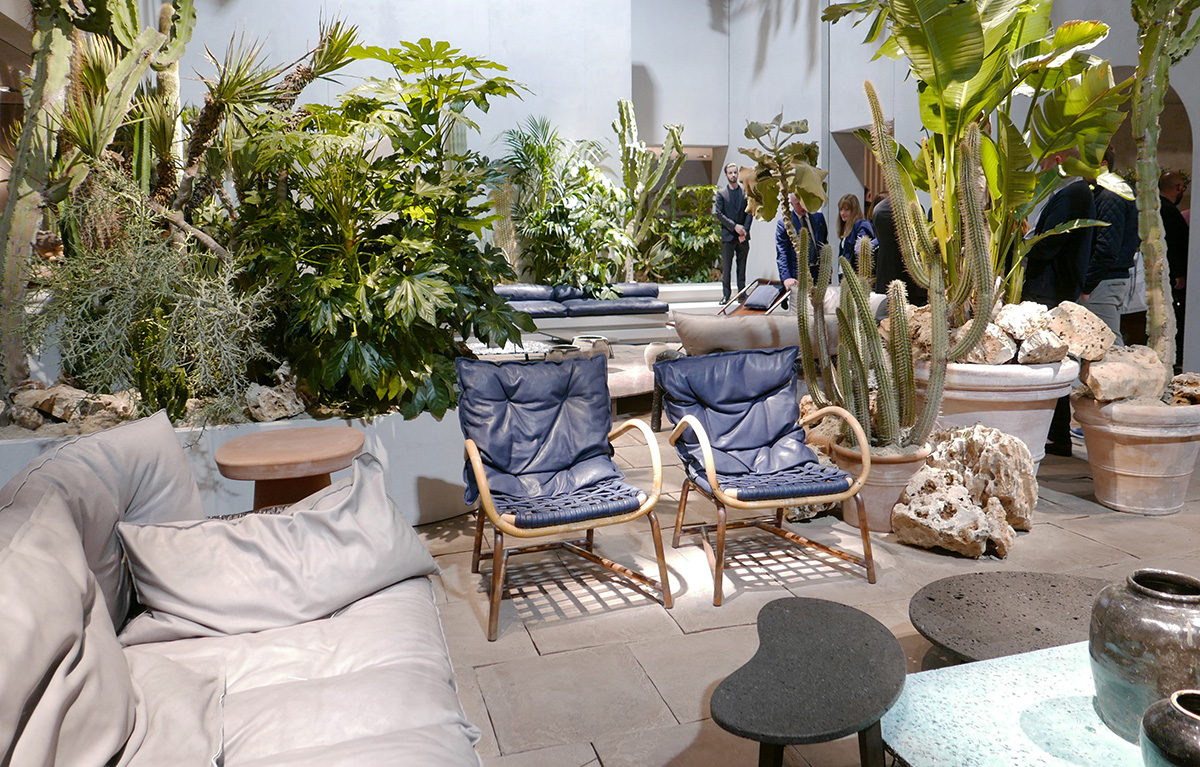 ミラノサローネの植物と家具のディスプレイ