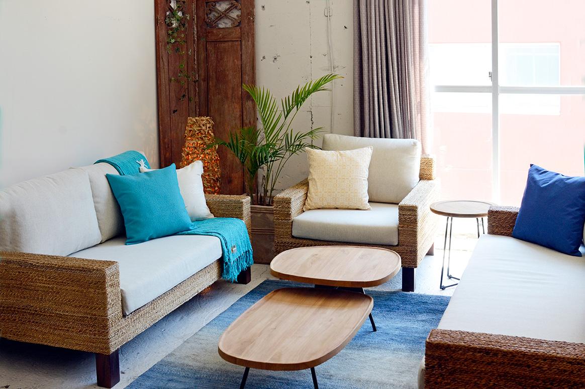 アジアン家具KAJAバナナリーフのソファでラウンジコーデ