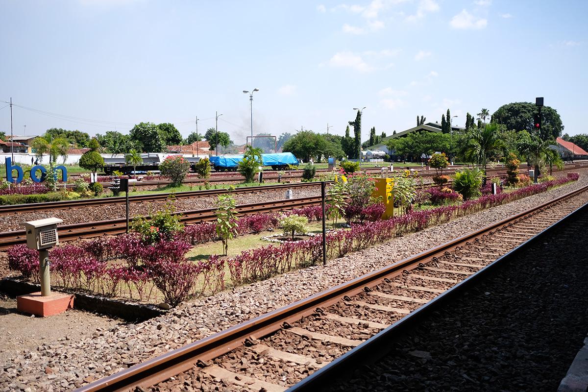 アジアン家具KAJAバイヤーインドネシアを電車にて