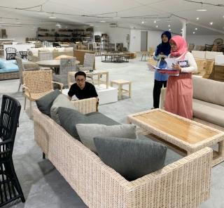 アジアン家具KAJA家具工場で新作チェックするバイヤー