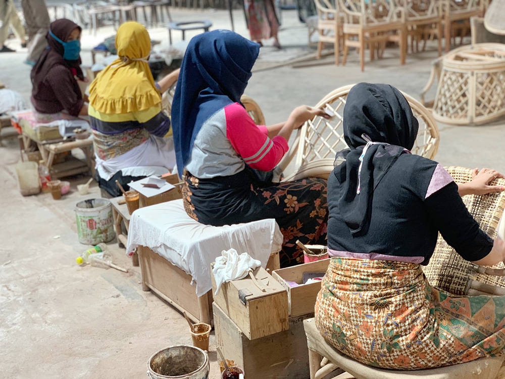 アジアン家具KAJA家具工場で働く女性たち