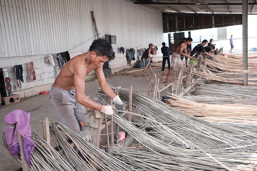 アジアン家具KAJAラタンを加工しているところ