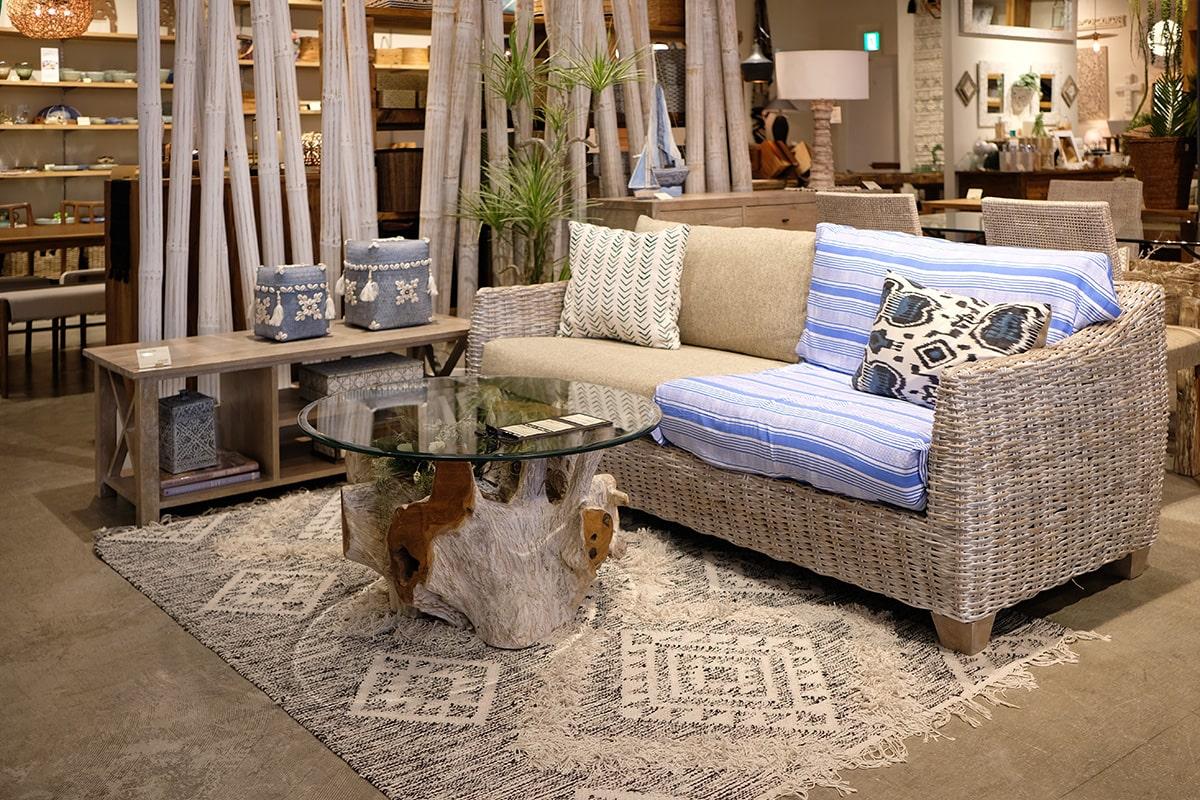 アジアン家具KAJAホワイトウォッシュのソファ