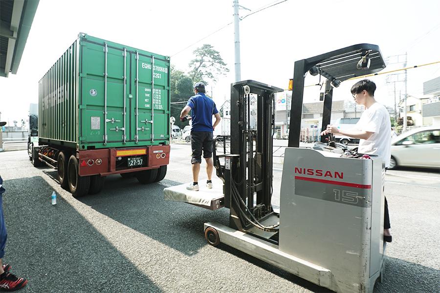 アジアン家具KAJA商品をコンテナから下ろす作業