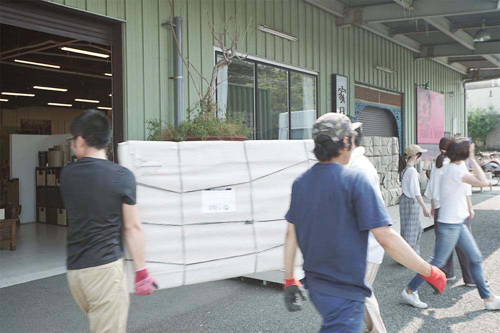 アジアン家具KAJA入荷作業の様子