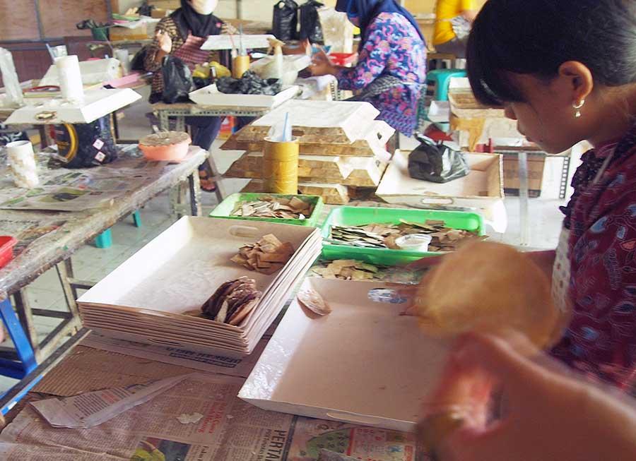 シェル製品を作る女性たち