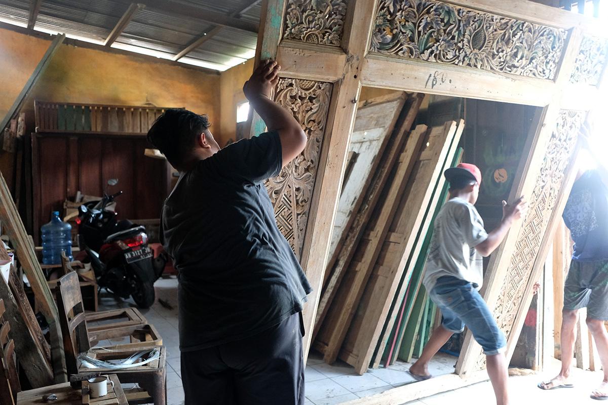 アジアン家具KAJA大きなレリーフを立てる