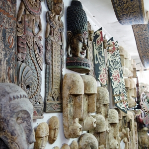 アジアン家具KAJAオブジェの並ぶインドネシアメーカー