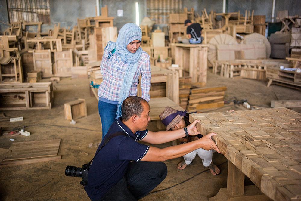 アジアン家具KAJAインドネシアスタッフの仕事風景