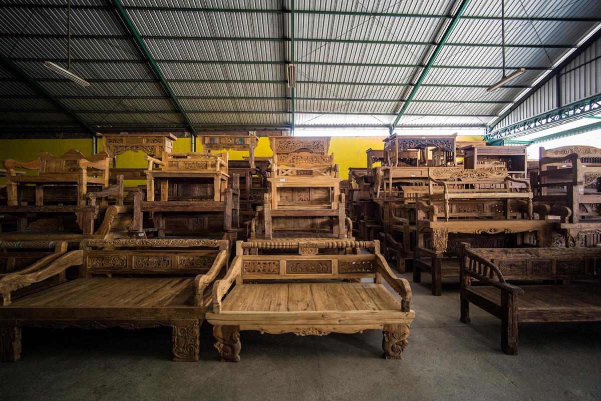 アジアン家具KAJA古材家具の並べられた工場