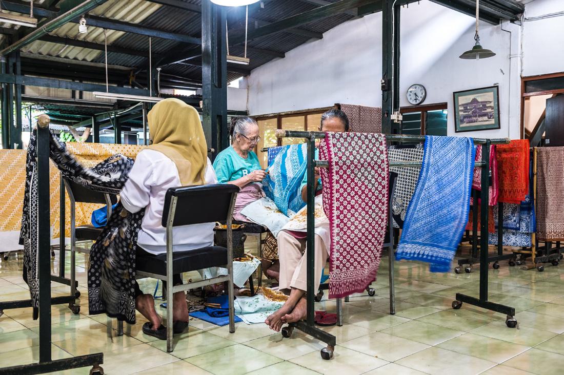 アジアン家具KAJAバティック工房の女性たち