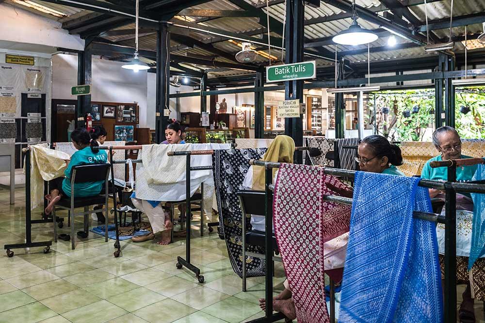 アジアン家具KAJAバティック製作工房の様子