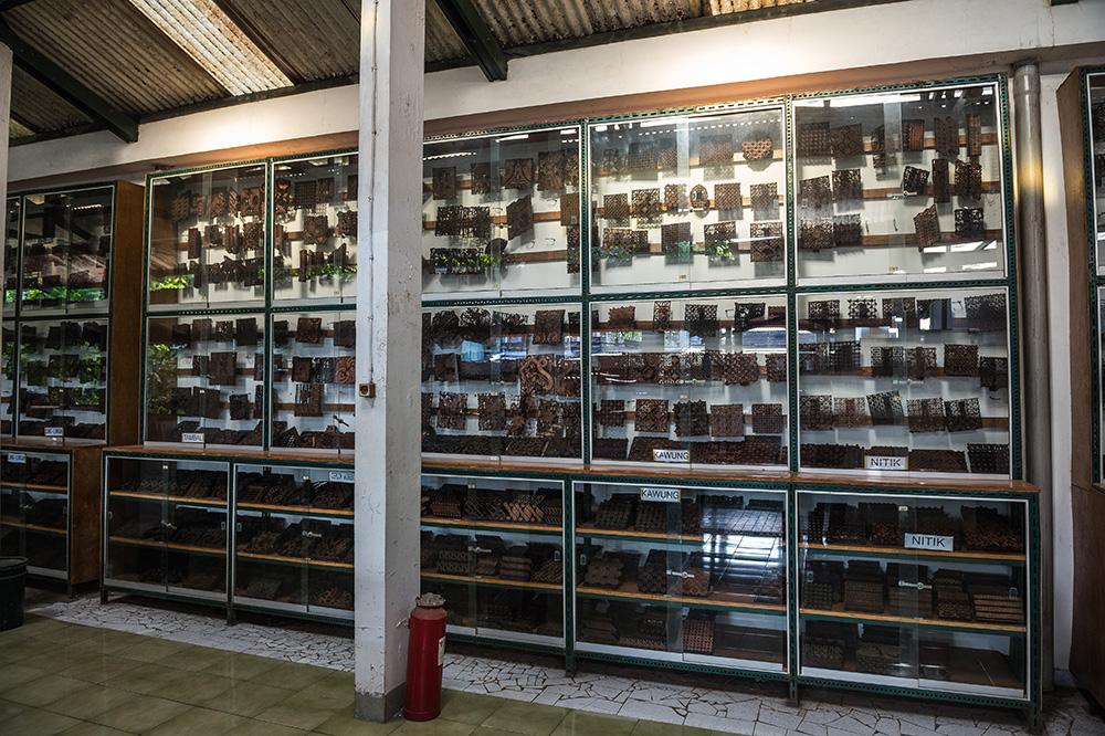 アジアン家具KAJAインドネシアにてチャップの並ぶ棚