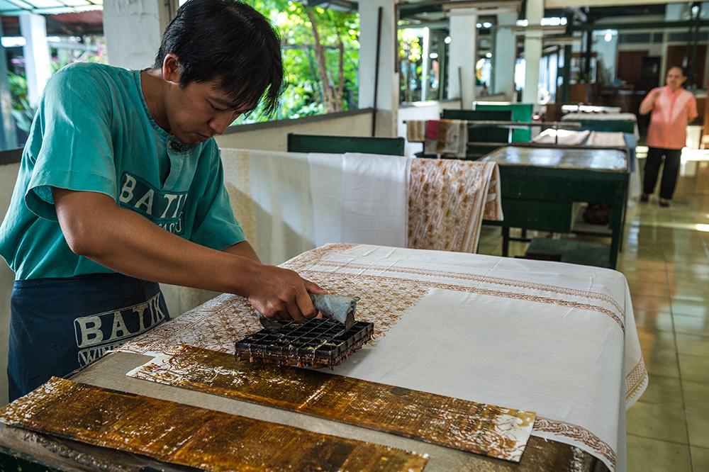 アジアン家具KAJAインドネシアにてバティックを作るところ