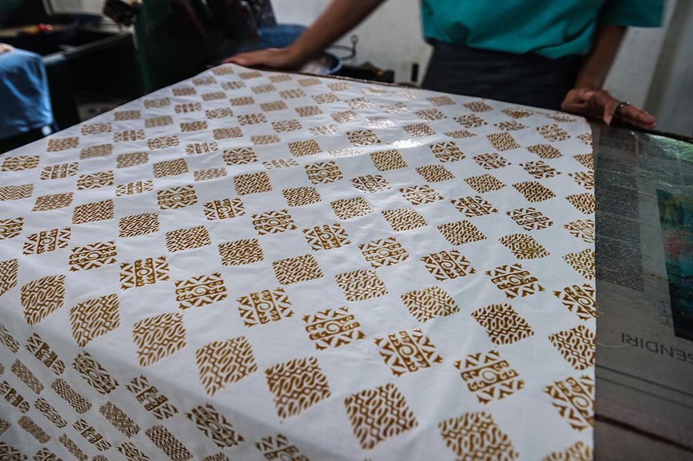 アジアン家具KAJAインドネシアにてスタンプされたバティック
