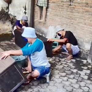 アジアン家具レリーフ家具を作る職人