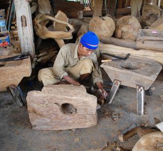 アジアン家具KAJAインドネシアの古木のある工房