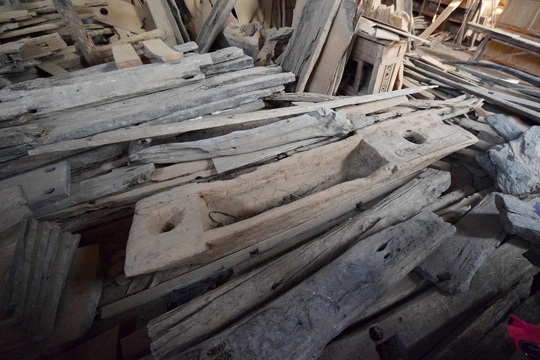 アジアン家具KAJAインドネシアの古木のある工房3